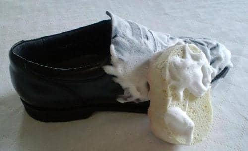 ④泡を靴の表面全体にまんべんなく塗ります。こすらなくても大丈夫です。やさしく小さな円を描くように泡をのせていきましょう。