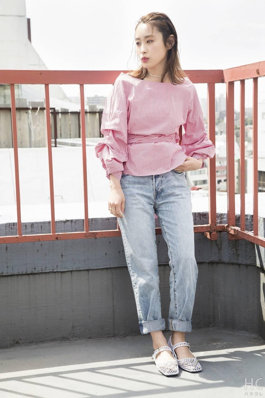 デニムにピンクのボーダーシャツを合わせた私服の高橋愛